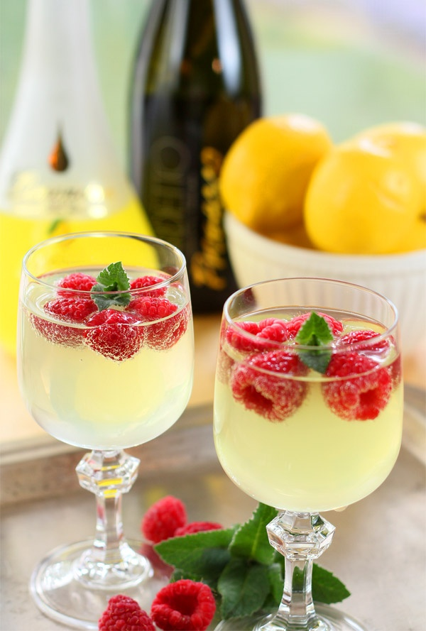 limoncello-and-prosecco-cooler-with-raspberry-ice-cubes